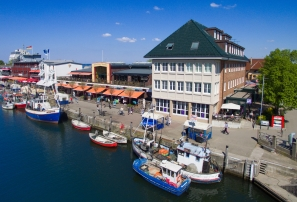 Blick auf die Markthalle in Warnemünde mit Ostsee im Vordergrund