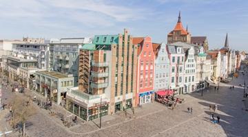 Rostocker Innenstadt mit Blick auf den Brunnen der Lebensfreude Richtung Lange Straße