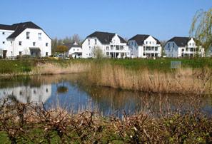 Ostseebad Nienhagen mit Blick auf einen Teich und mehrere Mehrfamileinhäuser